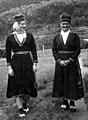 Kaia Knutsen i sør-samisk kvinnedrakt, her sammen med Lina Homme. Tysfjord 1964 - Norsk folkemuseum - NF.09012-076.jpg