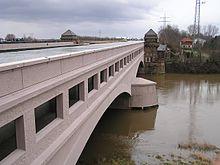 https://upload.wikimedia.org/wikipedia/commons/thumb/7/7a/Kanal_ueber_der_Weser.jpg/220px-Kanal_ueber_der_Weser.jpg