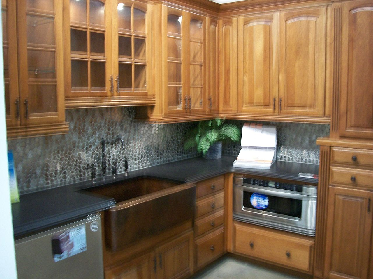 File:Kitchen cabinet display 2009 with bend.jpg - Wikimedia ...