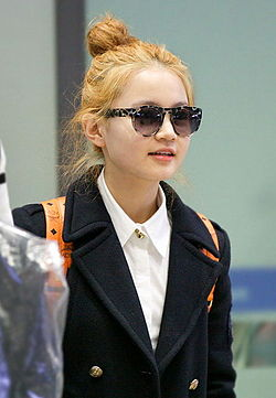 Lee Hi at Incheon Airport, on January 18, 2013.jpg