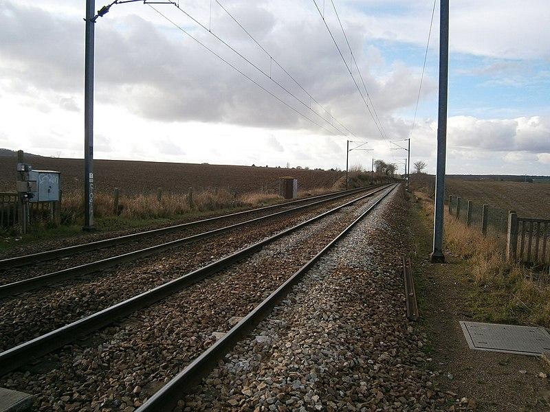 La ligne de Saint-Cyr à Surdon (vue en direction de Surdon), au passage à niveau n° 7, à Saint-Germain-de-la-Grange (78).