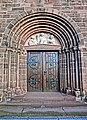 M Tympanon des Hauptportals sind im Halbrelief Christus als Pantokrator zwischen dem Stiftspatron Petrus und dem Pfarrpatron Martin abgebildet. Die Skulpturen schuf Carl Dopmeyer. - panoramio.jpg