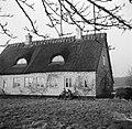 Mannen zitten op een stoep voor een deur van een boerderij in Rønnede op Seeland, Bestanddeelnr 252-8865.jpg