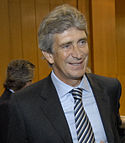 Manuel Pellegrini, de face, donnant une interview.