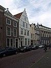 foto van Huis met geverfde trapgevel, door overdwarse toppinakel bekroond