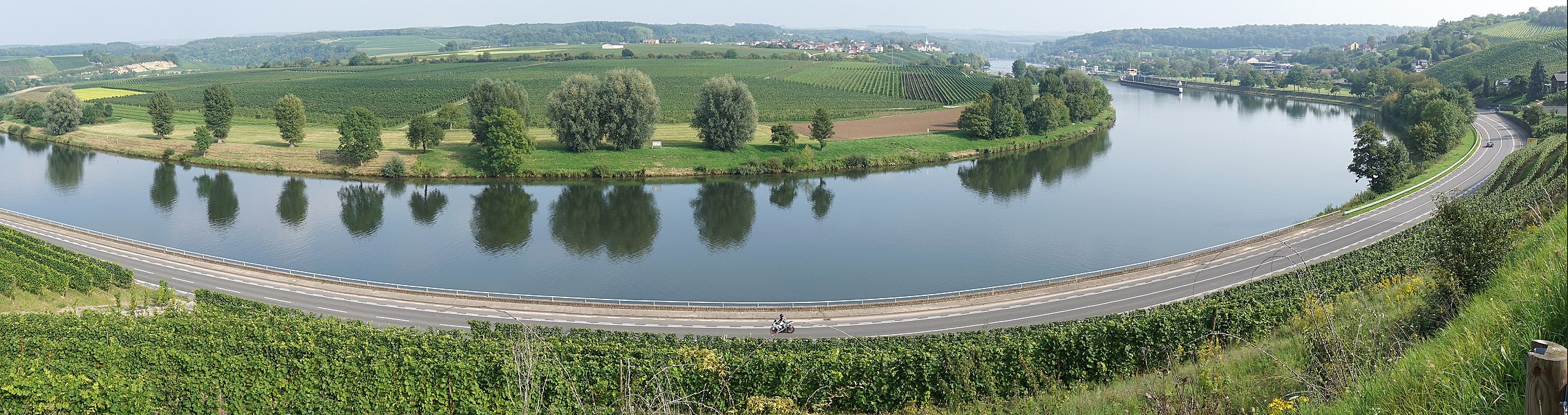 Moselle panorama between Stadtbredimus and Hëttermillen. Stadtbredimus is visible in the background on the right side. In the middle on the german side, Palzem is visible.