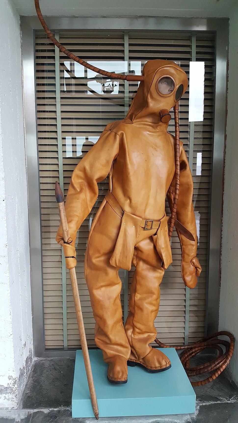Museo do mar de Galicia - recreación de escafandro antigo
