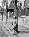 Női portré, 1942-ben az Áldás utca 1., általános iskola előtt. Fortepan 5061.jpg