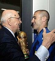 Cannavaro in Nazionale, insieme al Presidente della Repubblica Giorgio Napolitano, dopo la vittoria azzurra al campionato del mondo 2006.