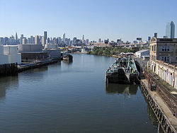 Newtown Creek from Greenpoint Avenue Bridge 01.jpg