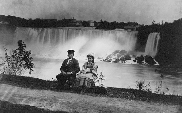 NiagaraFallsManAndWoman