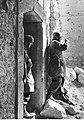 Niemieccy żołnierze przed zniszczonym domem w Cassino (2-2135).jpg