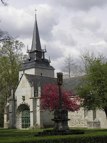Calvaire et chapelle Sainte-Noyale sis en Noyal-Pontivy (56).