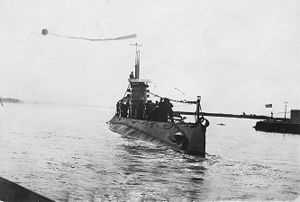 USS O-8 (SS-69) - USS O-8 (SS-69) arriving in port, ca. 1927