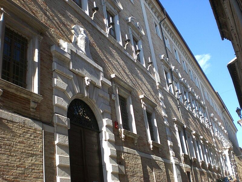 800px-Osimo%2C_Palazzo_Campana