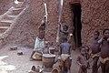 Pérou, Mopti, Mali. Jeunes filles pilant le mil Date du cliché 26-12-1972.jpg