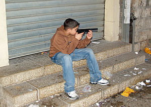 English: Palestinian boy with toy gun in Nazar...