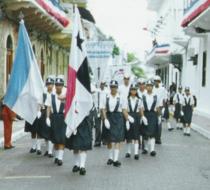 Colocación de la bandera nacional en un desfile