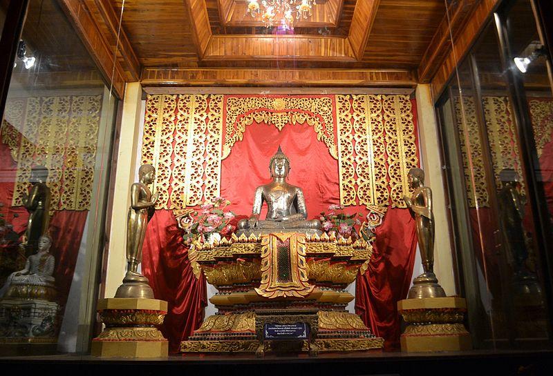 http://upload.wikimedia.org/wikipedia/commons/thumb/7/7a/Phra_Buddha_Sukosamrit_Uttaraditmuni_1.jpg/800px-Phra_Buddha_Sukosamrit_Uttaraditmuni_1.jpg