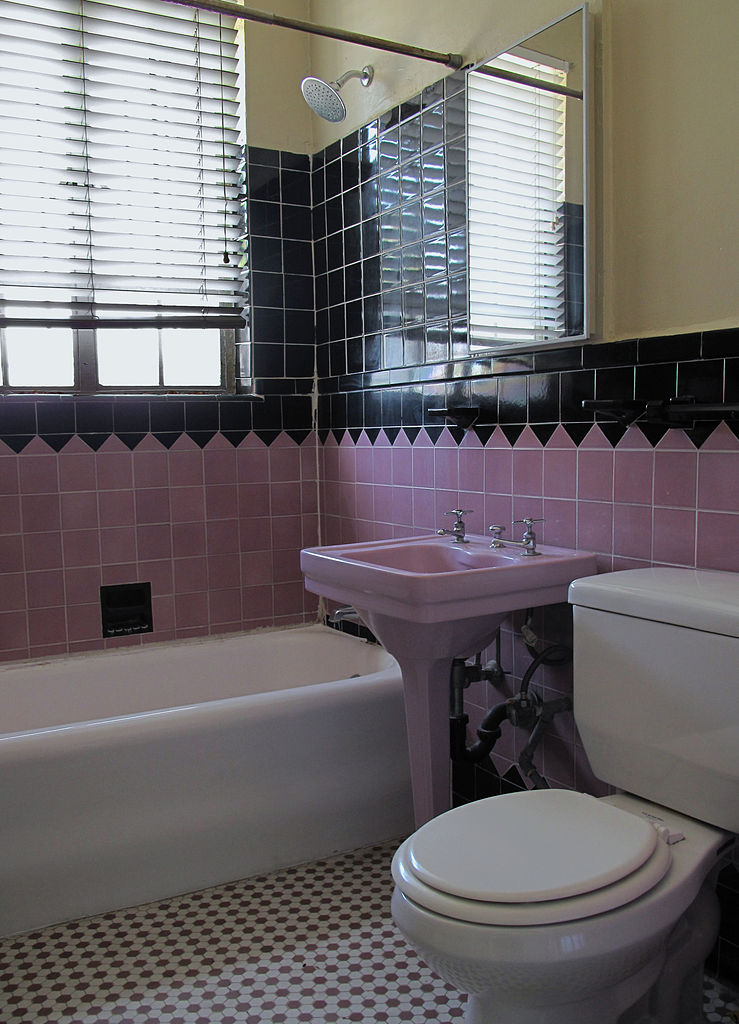 File pink and black wikimedia commons for Pink black bathroom ideas