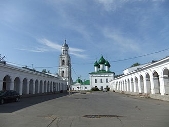 Poshekhonye - The central square of Poshekhonye, with the shopping arcade and the Holy Trinity Cathedral