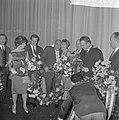 Premiere van de verzetsfilm De Overval in Tuschinski. bloemen worden uitgereik, Bestanddeelnr 914-6326.jpg