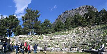 Αρχαίο θέατρο της Πριήνης κάτω από την ακρόπολη της πόλης. Διακρίνονται οι λίθινοι θρόνοι της προεδρίας