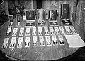 Prins Bernhard aan tafel met decoraties, Bestanddeelnr 902-0178.jpg