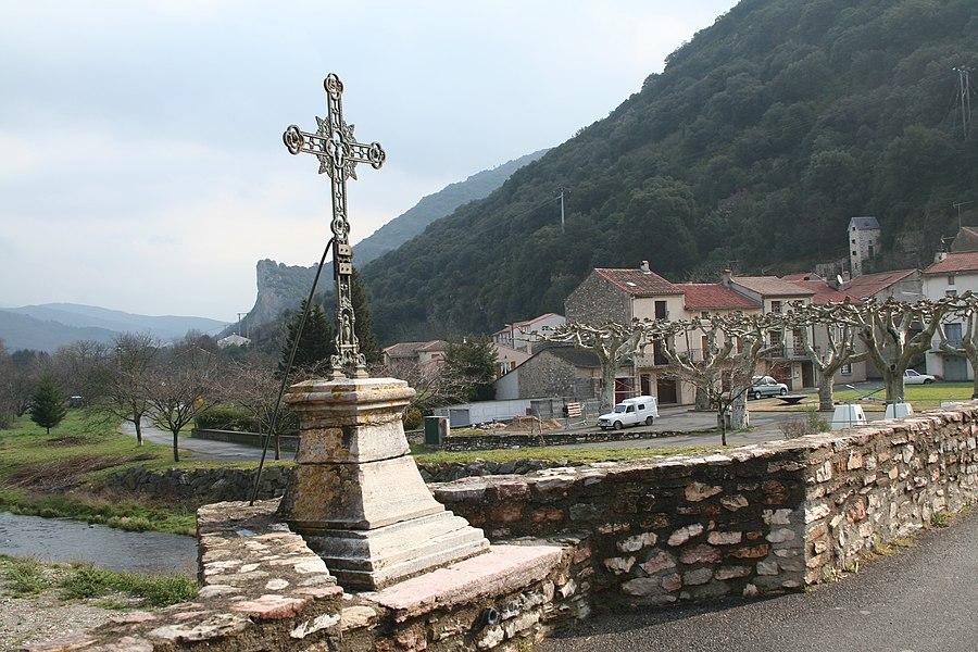 Riols (Hérault) - le Foirail vu du Pont vieux.