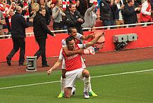 van Persie e Theo Walcott festeggiano un gol dell'Arsenal.