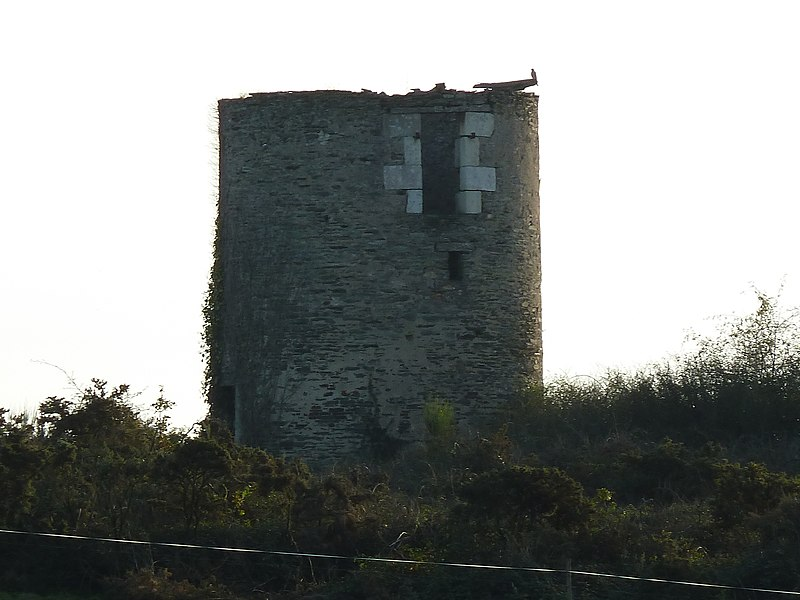 English:  Ruins of the second windmill tower the Buttes Saint-Julien (Saint-Julien hills) in Renac, Bretagne, France.