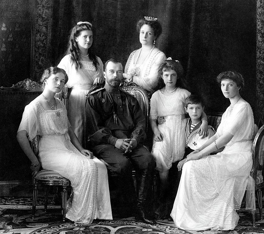 Famille Impériale autour du Tsar Nicolas II en 1913. Ils seront tous exécutés par les Bolcheviks en 1917.
