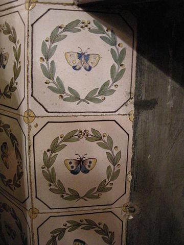 File sala di cefalo camino piastrelle con farfalle della for Sala con camino