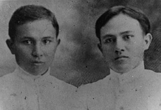 Sam Ratulangi - Ratulangi (right) with his cousin in 1910