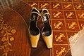 Sapato-camelo-couro-gianni-versace-1 (24939059145).jpg