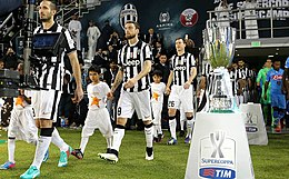 I bianconeri Chiellini, Marchisio e Lichtsteiner nel 2014, mentre entrano in campo a Doha per la sfida di Supercoppa italiana contro il Napoli