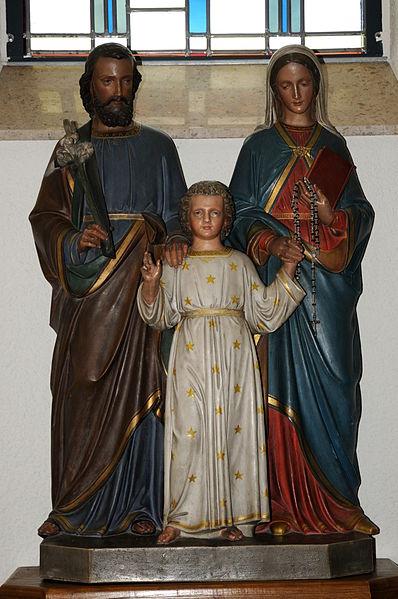 Skulptur vun der Helleger Famill an der Kierch zu Schengen.