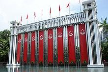 Diversi tipi di bandiere e striscioni che sono portati a una struttura in Istana Park.