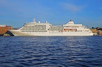 Silversea Cruises - Image: Spb Evening MV Silver Whisper at English Embankment