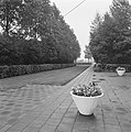 Sportveldencomplex, entree, bloembakken, Bestanddeelnr 168-0385.jpg