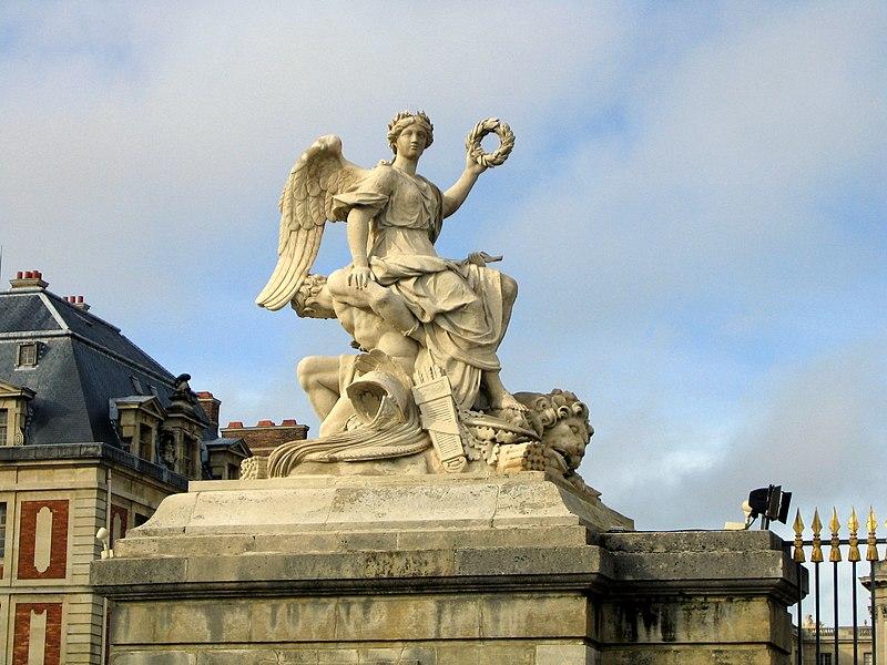 File:Statue entrée chateau de Versailles.JPG
