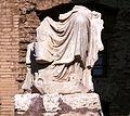 Statuenfragment Tempel des Antonius Pius und der Faustina (Forum Romanum).jpg