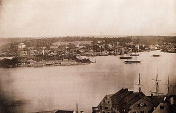 Stockholm fra Mosebacke 1846.   Daguerreotypi-panorama i to dele som udgør det første kendte fotopanorama af Stockholm.   Bevægelsesoskærpa opstod igennem ekstremer lange eksponeringstider.