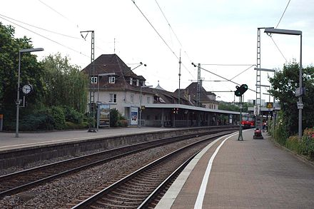 S-Bahn platform and station building (June 2006)