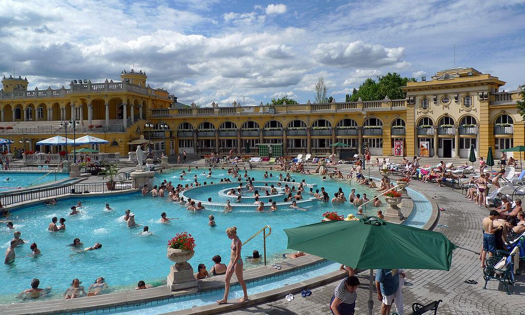 Vue sur les bassins et sur la façace néo renaissance des Bains Széchenyi à Budapest.