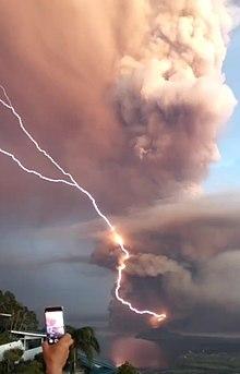 Taal Lightning Stroke purkauksen aikana (rajattu) .jpg