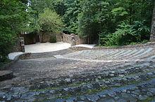 Um anfiteatro de pedra no local de madeira.