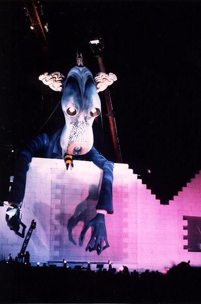 Ficheiro:The wall 1990 schoolmaster puppet.jpg