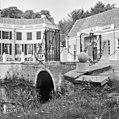 Toegangshek met zicht op her rechter bouwhuis en een gedeelte van de voorgevel - Baarn - 20027172 - RCE.jpg