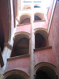 Traboule courtyard D Lyon.jpg